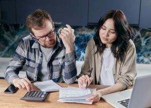 a couple learning how to calculate your Chicago moving expenses